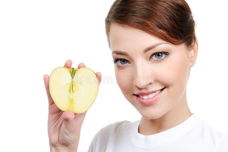 Portrait der Frau mit Apfel lizenzfreie stockbilder