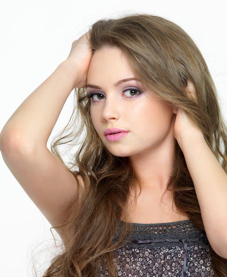 Portrait der Frau mit hübschem Gesicht und dem langen Haar lizenzfreie stockbilder