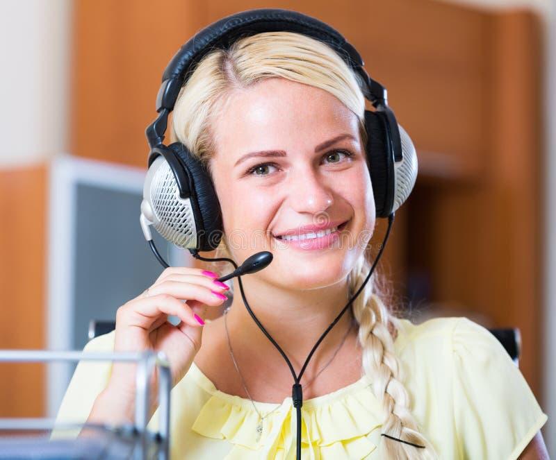Portrait der Frau mit Kopfhörer stockbild