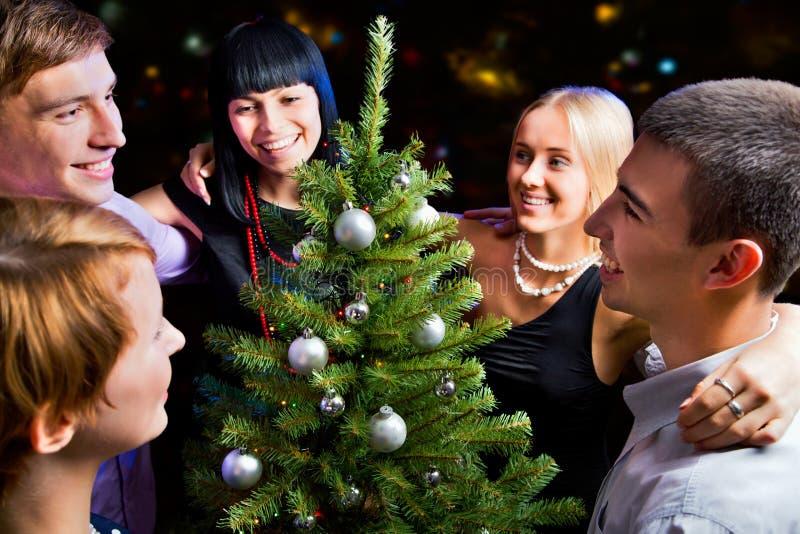 Portrait der Freunde, die neues Jahr feiern lizenzfreie stockfotografie