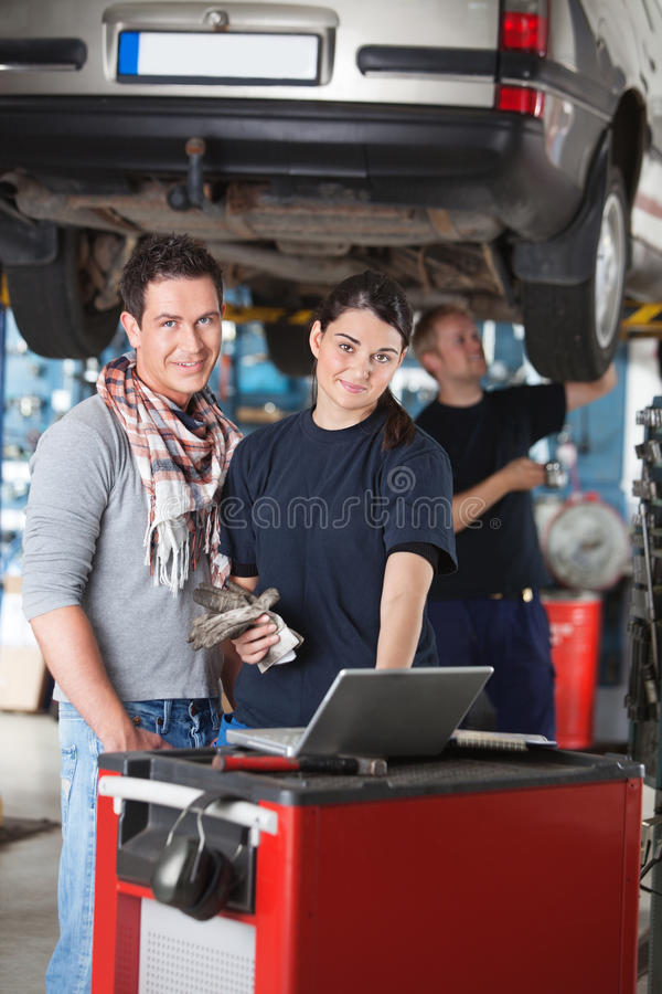 Portrait der Garagearbeitskraft und -klienten lizenzfreies stockfoto