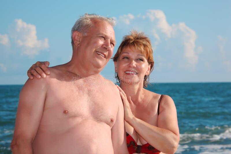 Portrait der gealterten Paare gegen Meer lizenzfreies stockfoto
