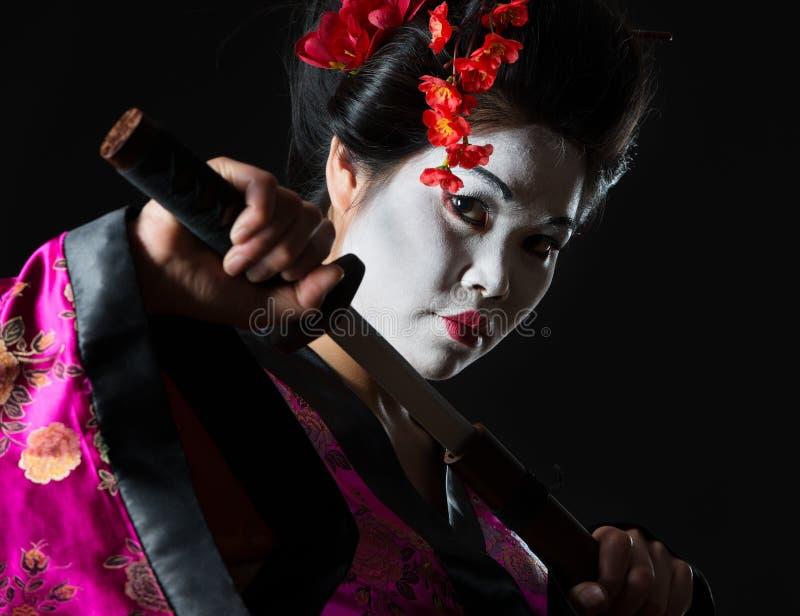 Portrait der Geisha zieht Klinge von der Hülle aus lizenzfreies stockbild