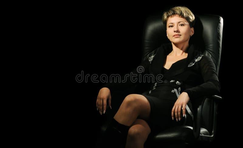 Portrait der Geschäftsfrau in einem Lehnsessel lizenzfreie stockfotos