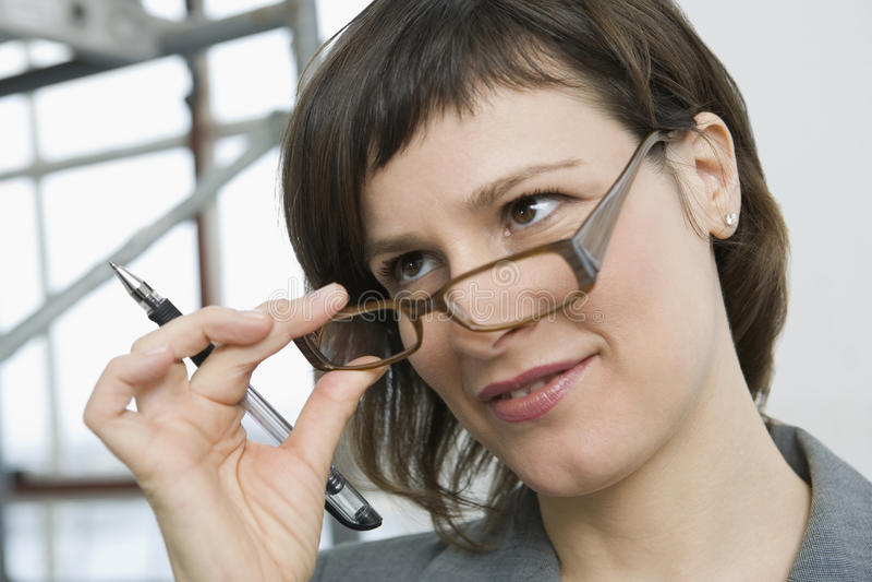 Portrait der Geschäftsfrau mit Fragen lizenzfreies stockbild