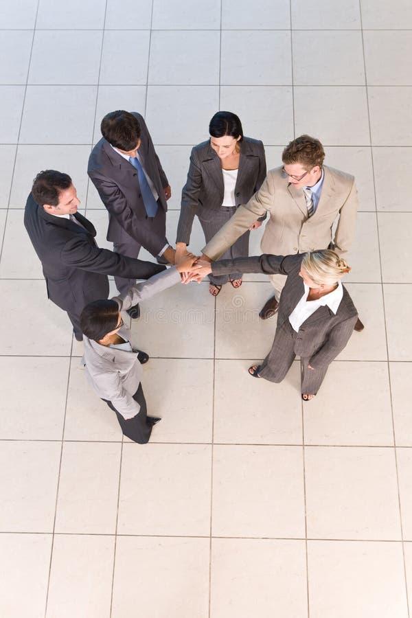 Portrait der Geschäftsleute, die Hände anhalten stockbild