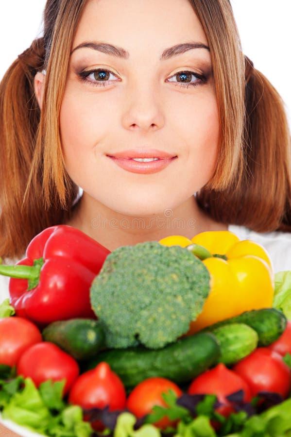 Portrait der gesunden Frau mit Gemüse lizenzfreie stockfotografie