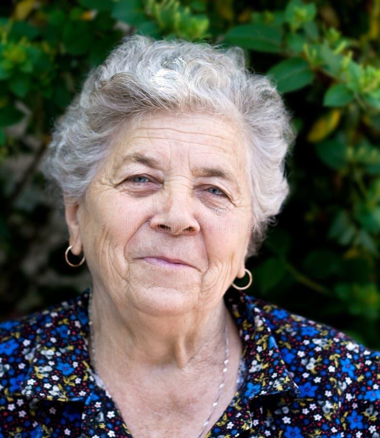 Portrait der glücklichen älteren Dame lizenzfreie stockfotografie