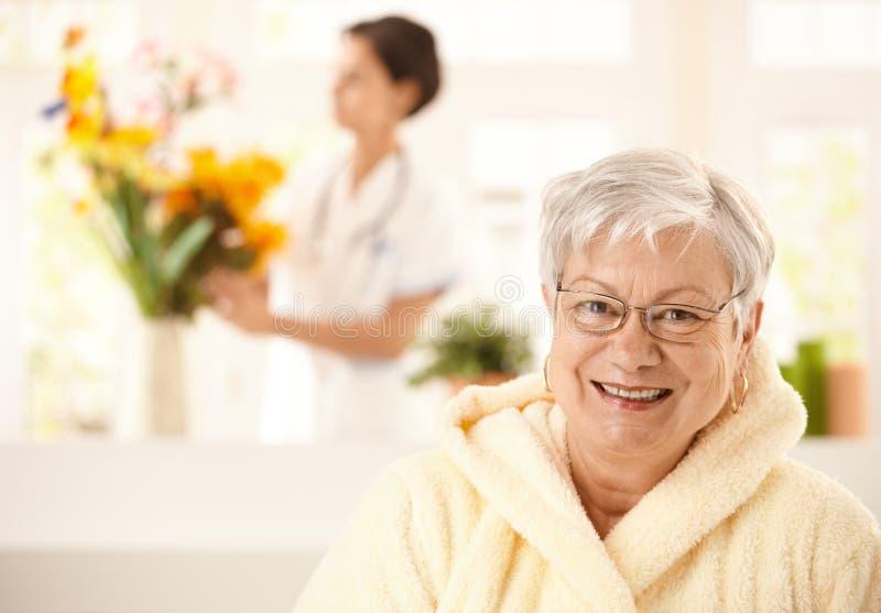 Portrait der glücklichen älteren Frau stockbild