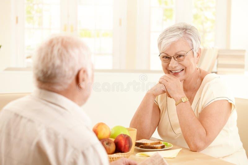 Portrait der glücklichen älteren Frau am Frühstück lizenzfreie stockbilder