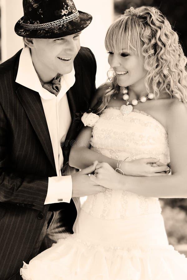 Portrait der glücklichen Braut und des Bräutigams stockfotos