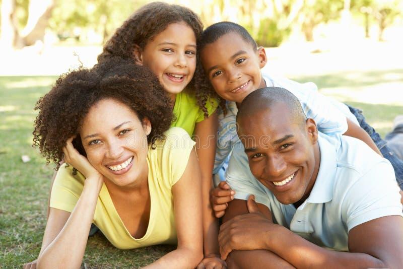 Portrait der glücklichen Familie angehäuft oben im Park lizenzfreie stockfotos