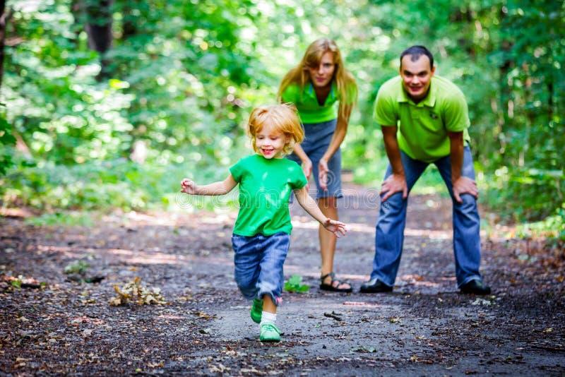 Portrait der glücklichen Familie im Park stockfotografie