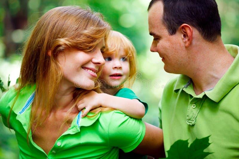 Portrait der glücklichen Familie im Park stockfoto