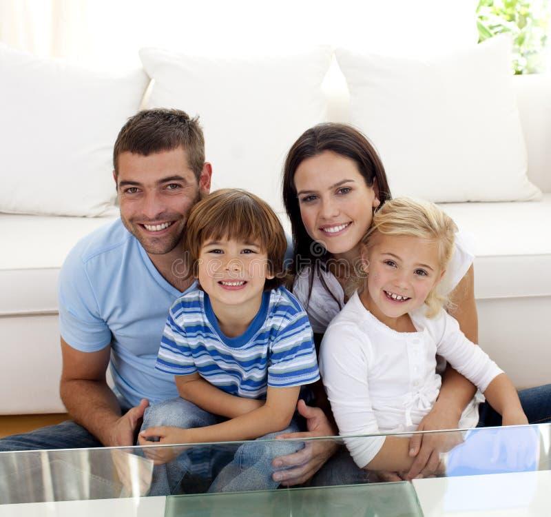 Portrait der glücklichen Familie lächelnd im Wohnzimmer lizenzfreie stockfotos