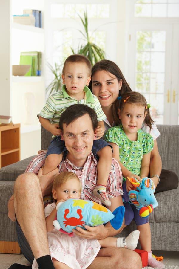 Portrait der glücklichen Familie mit drei Kindern lizenzfreies stockfoto