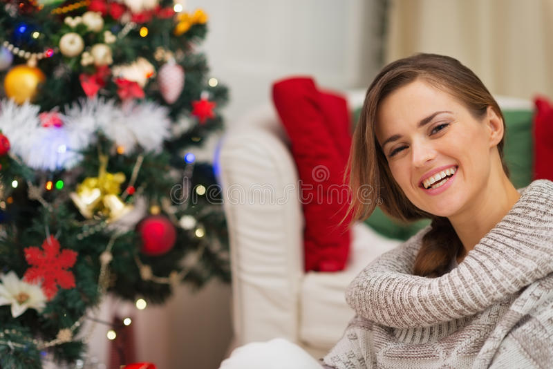 Download Portrait Der Glücklichen Frau Nahe Weihnachtsbaum Stockbild - Bild von modern, feier: 27728197
