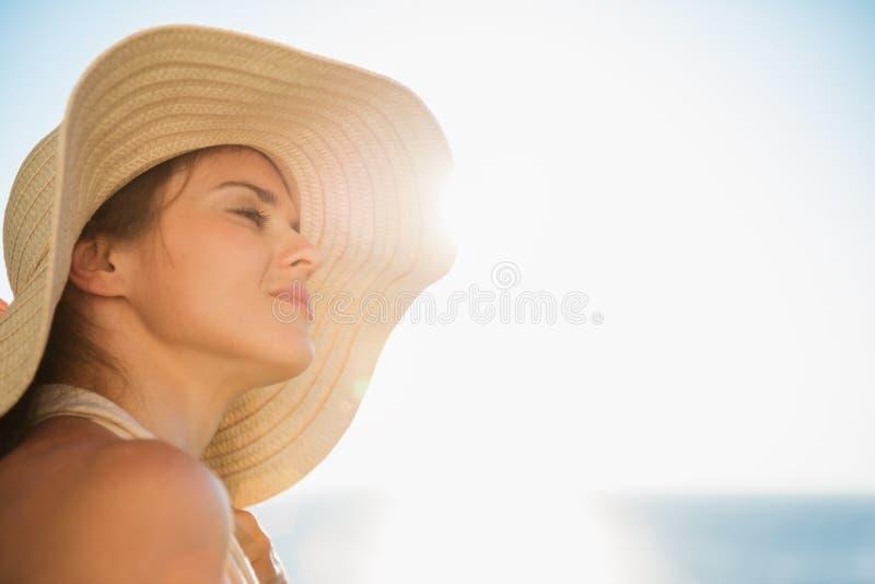 Portrait der glücklichen Frau Sonnenschein genießend stockfoto