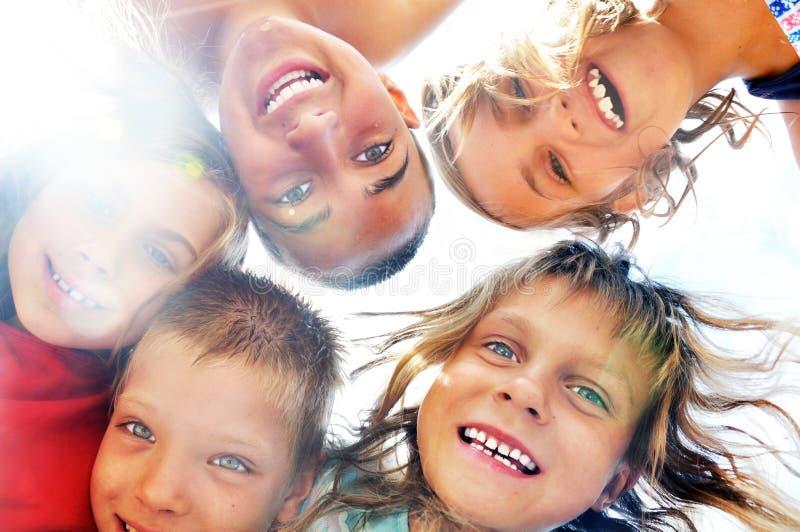 Portrait der glücklichen Freunde, die den Spaß im Freien haben stockbild