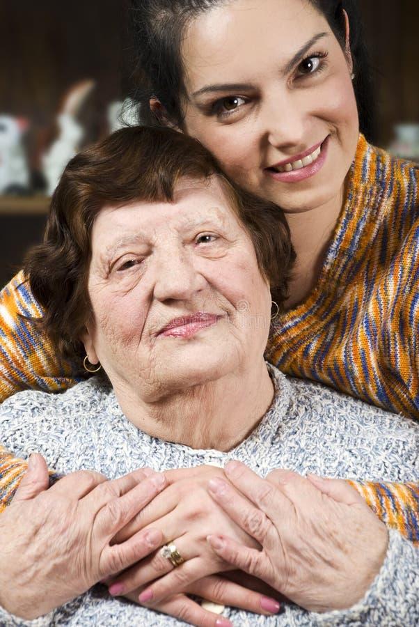 Portrait der glücklichen Großmutter mit ihrer Enkelin stockbild