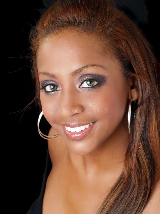 Portrait der glücklichen hübschen lächelnden schwarzen Frau stockfotos