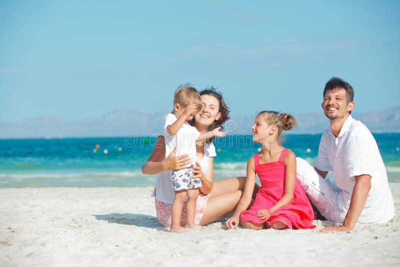 Portrait der glücklichen jungen Familie stockfoto
