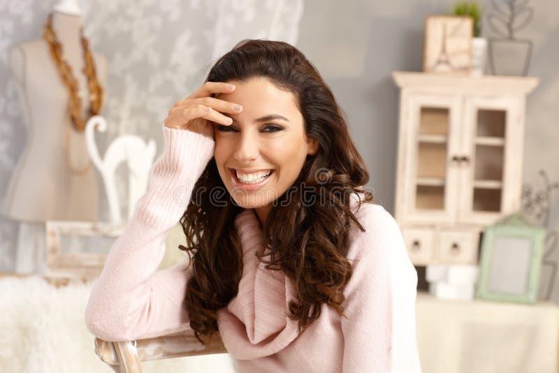 Portrait der glücklichen lächelnden Frau stockfotos