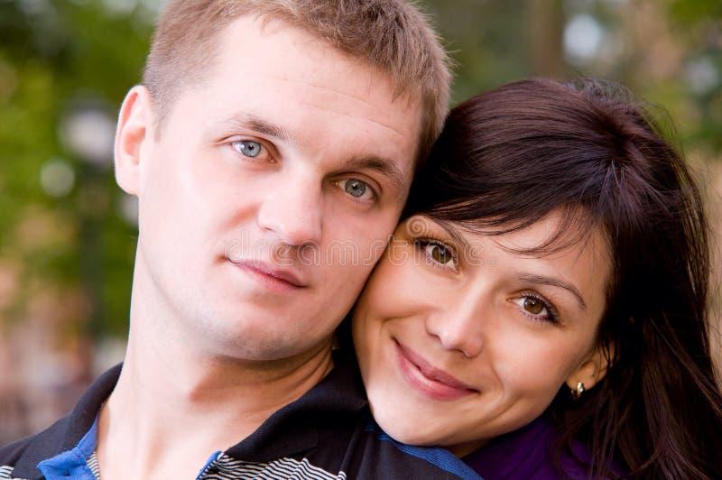 Portrait der glücklichen lächelnden Paare stockbild