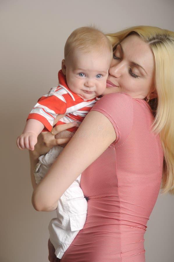 Portrait der glücklichen Mutter mit Schätzchen stockfotografie