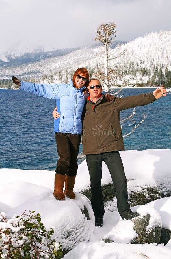 Portrait der glücklichen Paare in den Bergen stockfotografie