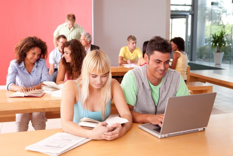 Portrait der glücklichen Studentengruppe stockfotos