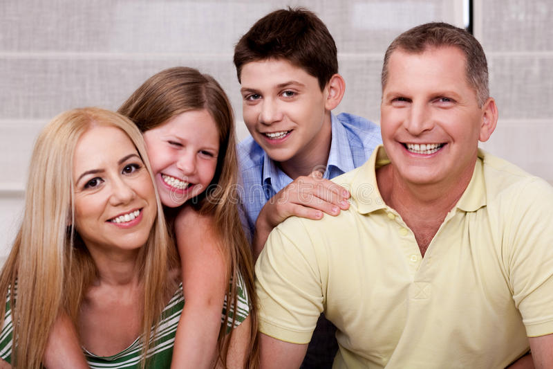 Portrait der glücklichen vierköpfiger Familie stockfoto