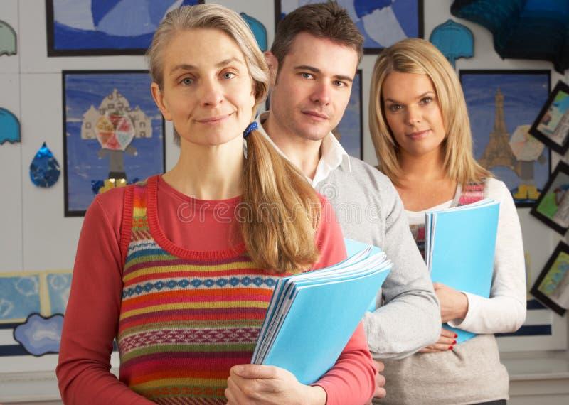 Portrait der Gruppe Lehrer im Klassenzimmer lizenzfreie stockbilder