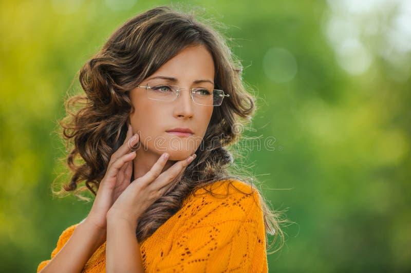 Portrait der hübschen Brunettefrau lizenzfreie stockfotografie