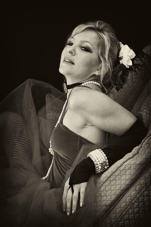 Portrait der hübschen Dame im Sepia stockfotos