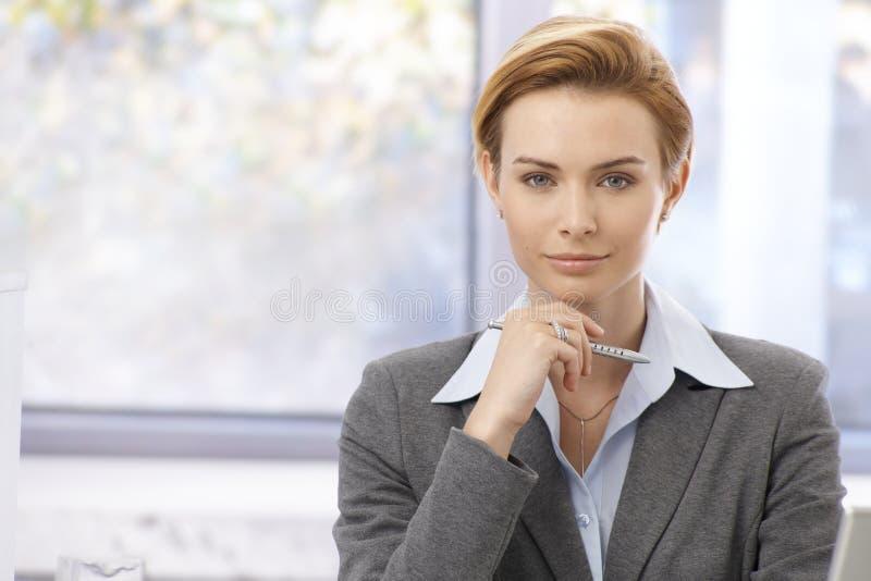 Portrait der hübschen Geschäftsfrau lizenzfreies stockbild