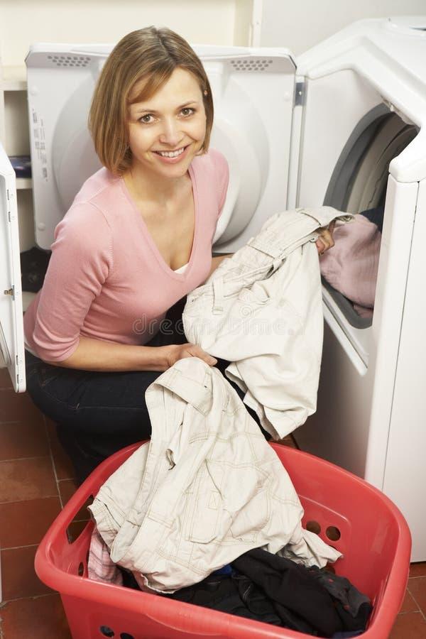 Portrait der Hausfrau Wäscherei tuend stockfoto