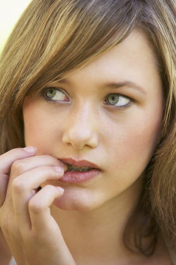 Portrait der Jugendliche-beißenden Nägel stockfotos