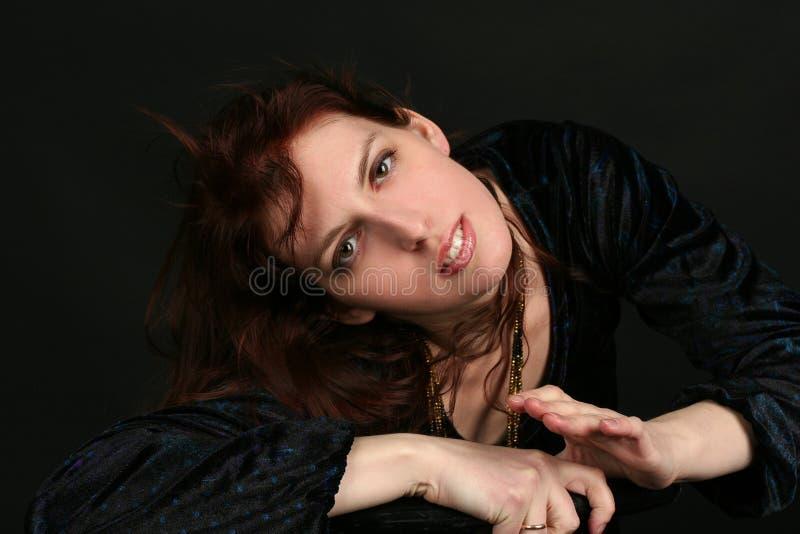 Portrait der jungen Brunettefrau lizenzfreie stockfotografie