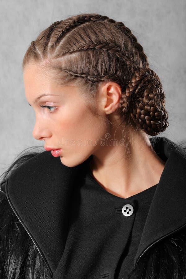 Download Portrait der jungen Frau stockfoto. Bild von zauber, pelz - 9099178