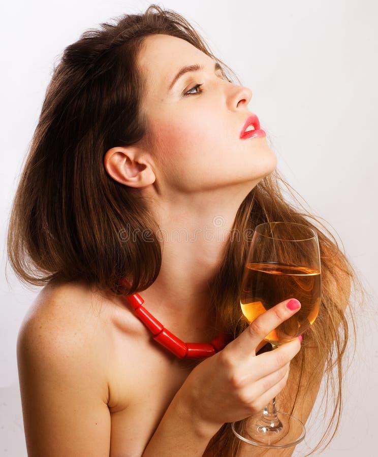 Portrait der jungen Frau der Schönheit mit Wein stockfoto