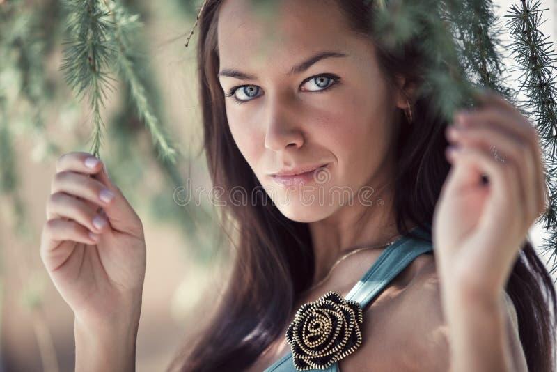 Portrait der jungen Frau draußen stockfoto