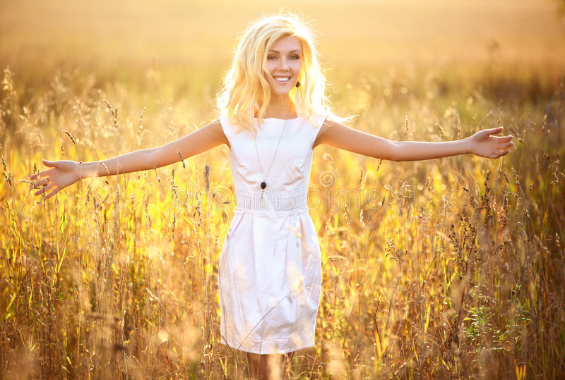 Portrait der jungen Frau draußen lizenzfreies stockfoto