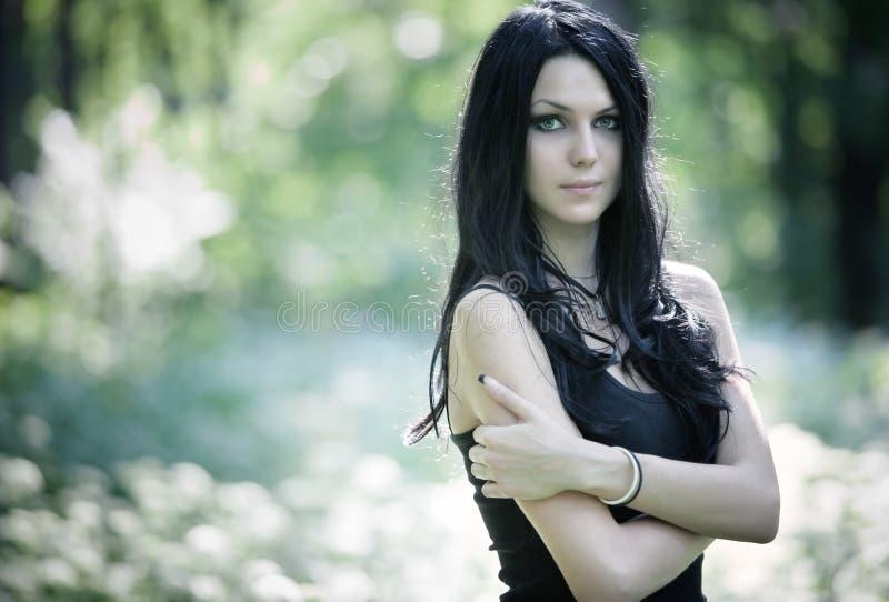 Portrait der jungen Frau draußen lizenzfreie stockbilder