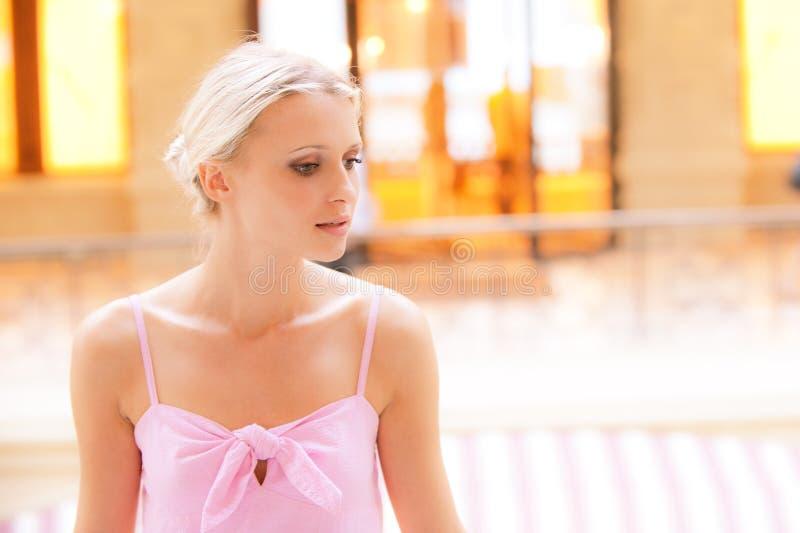 Portrait der jungen Frau in einem Innenraum stockbilder