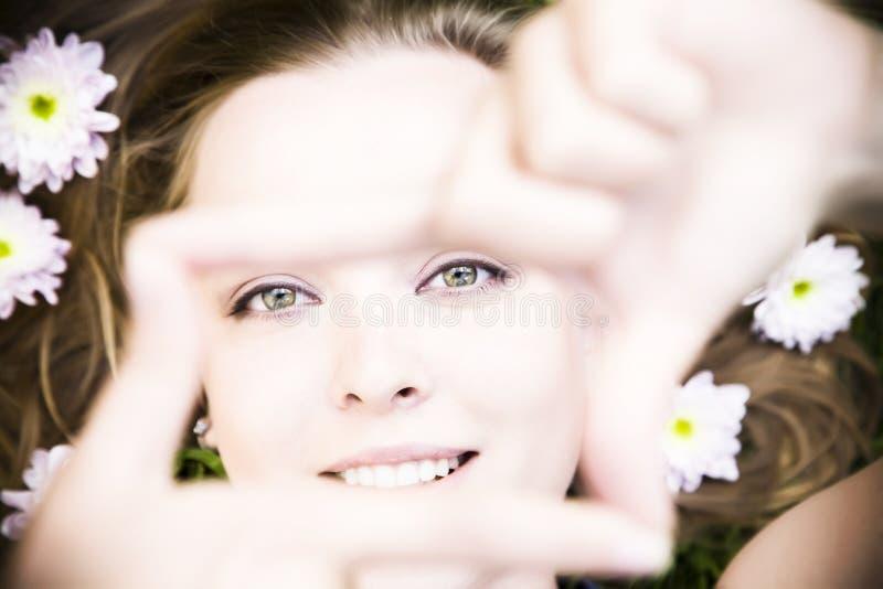 Portrait der jungen Frau erstellt ein Feld lizenzfreies stockbild