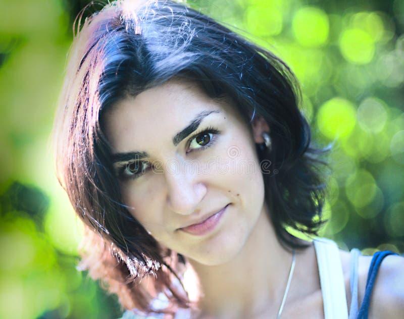 Portrait der jungen Frau am grünen bokeh Hintergrund stockfotos