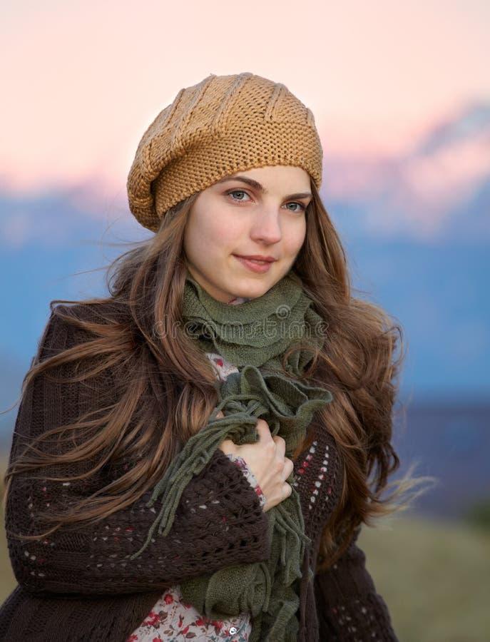 Portrait der jungen Frau im Freien stockbilder