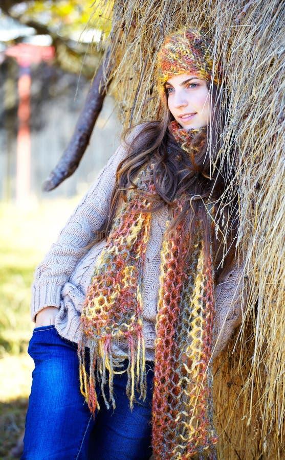 Portrait der jungen Frau im Herbst stockfotos