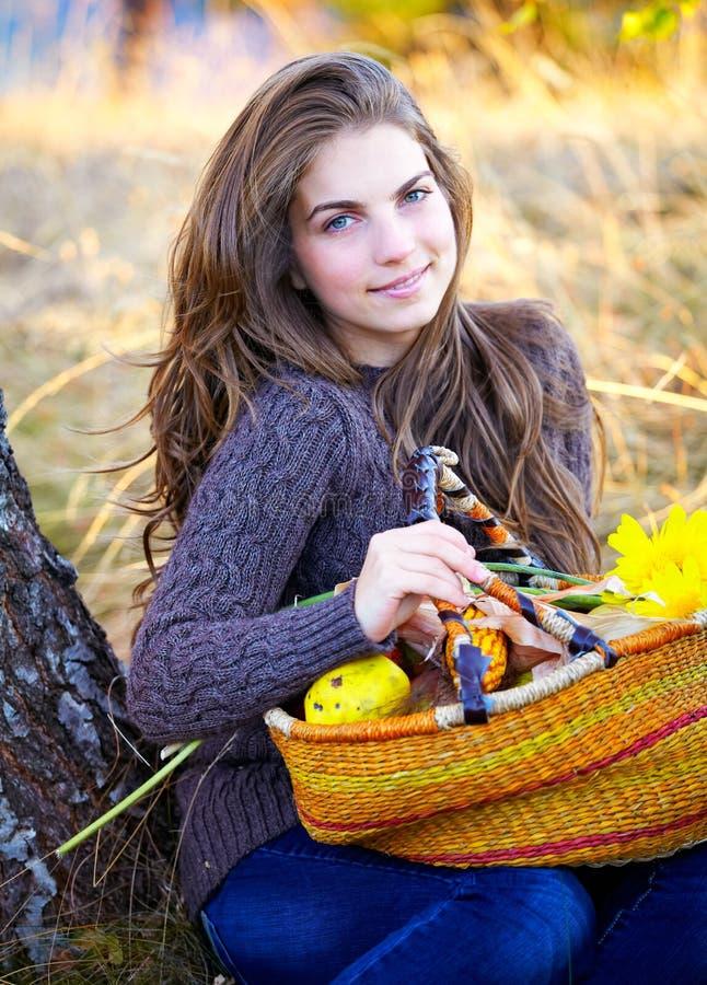 Portrait der jungen Frau im Herbst lizenzfreie stockfotos
